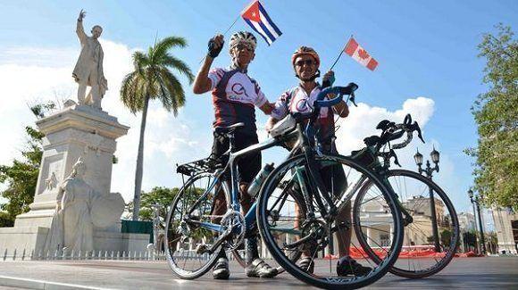 Ciclista cubano y canadiense unen su amistad para tributar homenaje a Fidel Castro Ruz, en un recorrido de más de 650 km. Foto: Modesto Gutierrez Cabo/ACN.