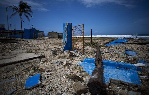 El Club La Costa quedó destruído por el embate de las olas. Foto: Irene Pérez/ Cubadebate.