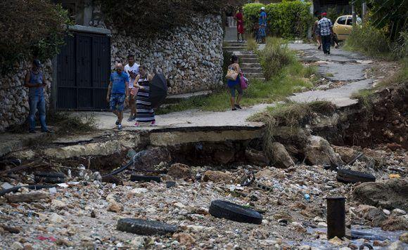 """La calle que bordeaba la playa """"El Cachón"""" quedó destruída y borrada por basura y mar. Foto: Irene Pérez/ Cubadebate."""