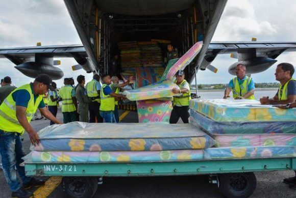 Descargan ayuda humanitaria procedente de la Republica del Ecuador, para los damnificados por el huracán Irma en Cuba, en el Aeropuerto Internacional José Martí, en La Habana, el 23 de septiembre de 2017. Foto: Marcelino Vázquez Hernández / ACN