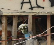 Un ramo de flores blancas entre los escombros del Colegio Enrique Rébsamen. Foto: EFE.