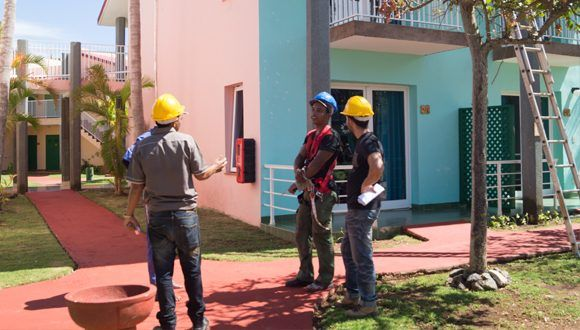 Constructores laboran en la recuperación del hotel Be Live Turquesa en Varadero. Foto: Leysi Rubio / Cubadebate