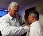 """Díaz-Canel entrega la distinción al """"loquillo"""". Foto: Radio Cubana."""