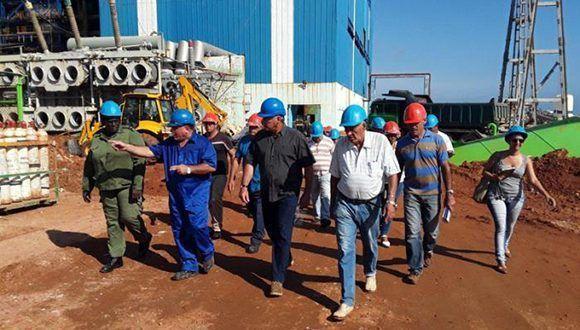 Miguel Díaz-Canel Bermúdez evaluó los trabajos de recuperación en la Central Termoeléctrica Antonio Guiteras, seriamente daña por el huracán Irma. Foto: Ventura de Jesús García/ Granma.