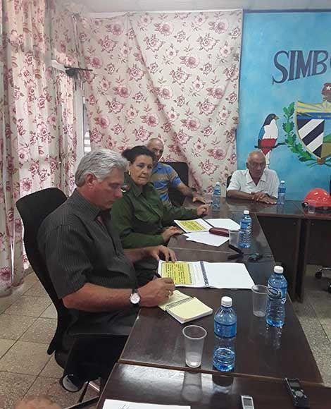 Miguel Díaz-Canel Bermúdez (I), miembro del Buró Político del Partido Comunista de Cuba (BP PCC), y primer vicepresidente de los Consejos de Estado y de Ministros, durante una visita a la central termoeléctrica Antonio Guiteras, que muestra severos daños provocados por el paso del Huracán Irma, en Matanzas, Cuba, el 13 de septiembre de 2017.         ACN  FOTO/ Bárbara VASALLO VASALLO/ rrcc