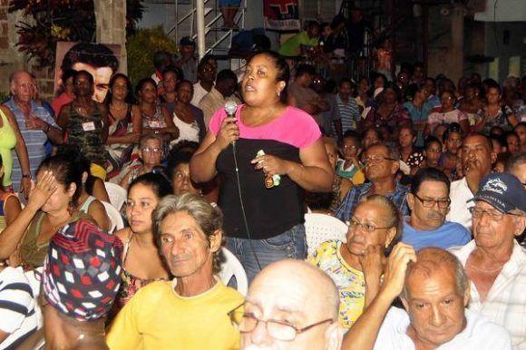 Joven santiaguera argumenta sobre su propuesta a delegada, en la Asamblea Piloto de nominación de candidatos a delegados del Poder Popular, en la circunscripción 66 del Consejo Popular Guillermón Moncada, en la barriada del Tibolíí, en Santiago de Cuba, el 4 de septiembre de 2017.   Foto: ACN/ Miguel Rubiera.