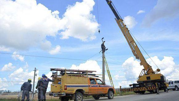 Trabajadores de la empresa eléctrica del municipio de Morón, laboran todo el día en el restablecimiento del sistema eléctrico. Foto: Osvaldo Gutiérrez / ACN
