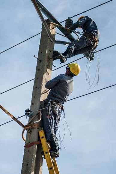 Plantándole cara a las alturas, los trabajadores de la Empresa Eléctrica de Las Tunas. Foto: István Ojeda Bello/ 26 Digital.