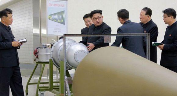 Los medios estatales dijeron que el gobernante había inspeccionado al carga de una bomba de hidrógeno en un nuevo misil balístico.