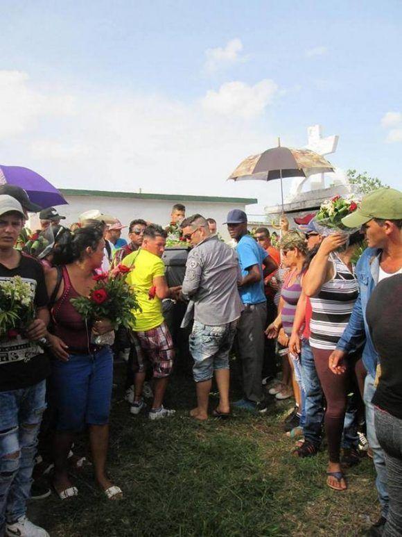 Decenas de amigos y familiares acompañaron el férretro de joven pelotero placeteño Enmnuel González Ríos hasta su última morada en el cementerio local de la Villa de los Laureles. Foto: cortesía de Odalys Paz.