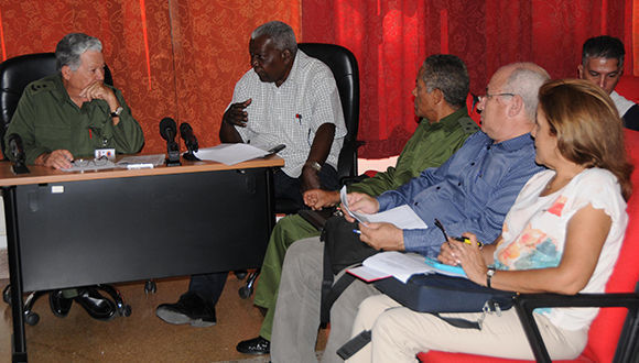 Intervención de  Esteban Lazo Hernández (C), Presidente de la Asamblea Nacional del Poder Popular, en reunión de trabajo celebrada en la sede del Estado Mayor Nacional de la Defensa Civil (EMNDC), con motivo de la aproximación al territorio nacional del huracán Irma, en La Habana, Cuba, el 8 de septiembre de 2017.                 ACN  FOTO/ Jorge LEGAÑOA ALONSO/ rrcc