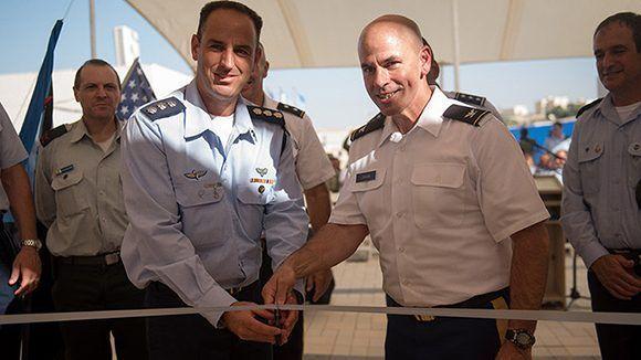El general de brigada israelí Haimovitch (izquierda) y el general John Grosnki (derecha), de EE.UU., compartieron la ceremonia de inauguración de la nueva base. Foto: Israel Defense Forces/ RT.
