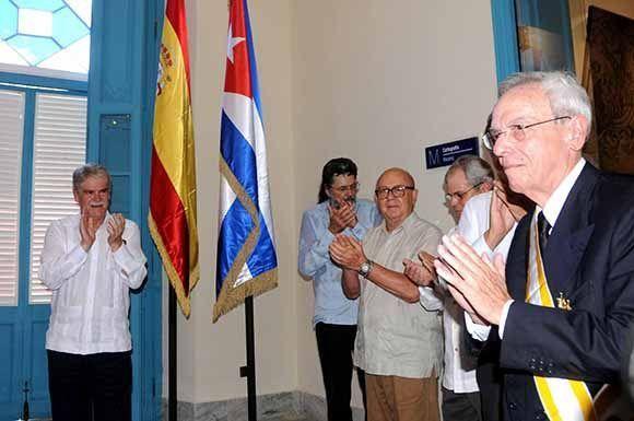 El Dr. Eusebio Leal Spengler (D), Historiador de La Habana, luego de ser condecorado por el ministro de Asuntos Exteriores y de Cooperación de España, Alfonso María Dastis Quecedo (D), con la Orden Isabel la Católica, en ceremonia efectuada en el Palacio del Segundo Cabo, el 6 de septiembre de 2017. ACN FOTO/Omara GARCÍA MEDEROS/sdl
