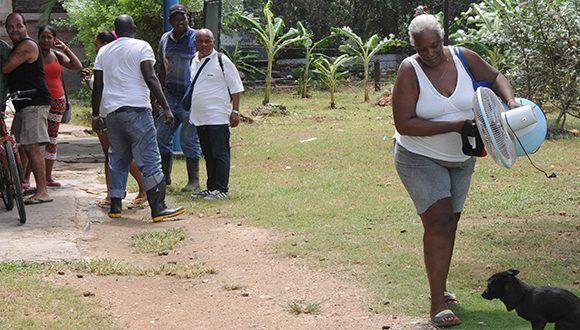 Evacuados en el Consejo Popular Santa Fe, en el municipio Playa, debido a las penetraciones del mar provocadas por los vientos asociados al huracán Irma. Foto: Omara García / ACN