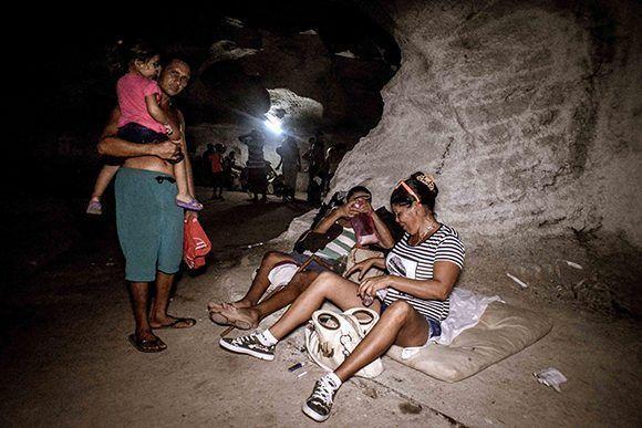 Evacuados en obra protectora de las FAR, autorizada como albergue para residentes en zonas de peligro, del municipio de Gibara, en Holguín. Foto: Juan Pablo Carreras/ ACN.