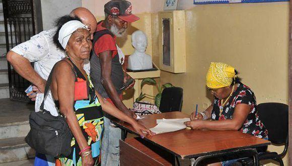 Inscripción en un centro de evacuación de familias en La Habana. Foto: Ismael Batista/ Granma.