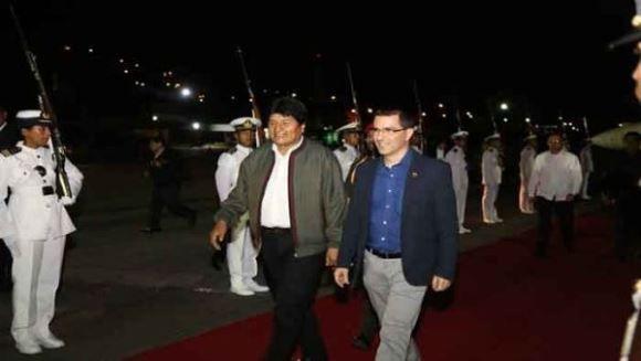 El canciller Jorge Arreaza recibe al presidente boliviano a su llegada a Caracas. Foto: @vencancilleria