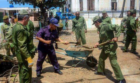 Soldados y oficiales de las Fuerzas Armadas Revolucionarias (FAR), participan en las labores de limpieza durante la recuperación, tras los daños dejados por las penetraciones del mar por el pàso del Huracán Irma, a lo largo de la calle 3ra. del Vedado, en La Habana, Cuba, el 11 de septiembre de 2017. Foto: Abel Padrón/ ACN.