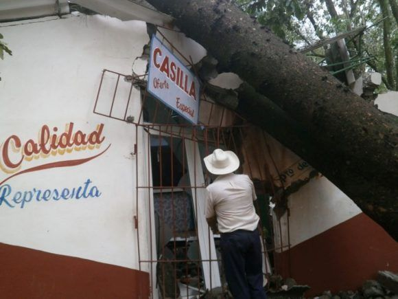 Los trabajadores de la Feria Agropecuaria están preocupados por los daños de sus instalaciones. Foto: Carmen Rodríguez/ Escambray.