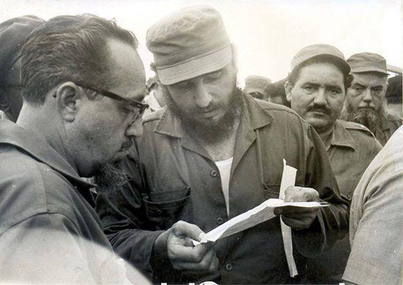 Fidel en los territorios afectados por el hurcán Flora en 1963.