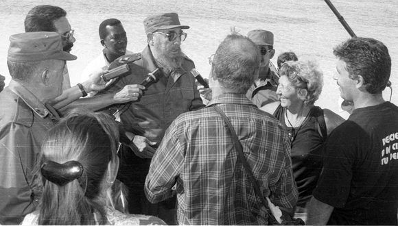 El Comandante conversa con periodistas cubanos en el pedraplén de Caibarién. Foto: Cortesía PCC Villa Clara