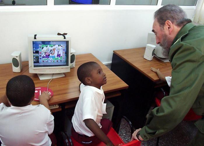 Fidel participó activamente en la creación de los Joven Club de Computación. Foto: Liborio Noval
