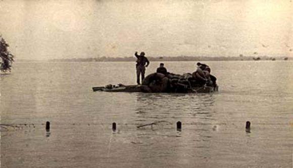 fidel-sobre-un-anfibio-arrastrado-por-la-corriente-del-cauto-en-medio-del-ciclon-flora-el-8-de-octubre-de-1963-580