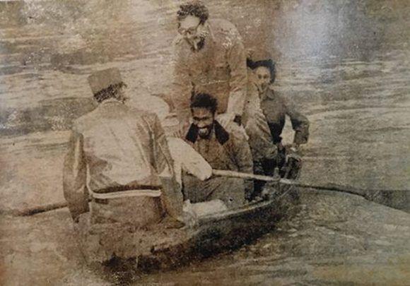 Imagen de Fidel Castro (de pie), Celia Sánchez (sentada atrás), Juan Almeida Bosque (sentado al centro) y otras dos personas no identificadas. Foto perteneciente a Rebeca Chávez, autor desconocido.