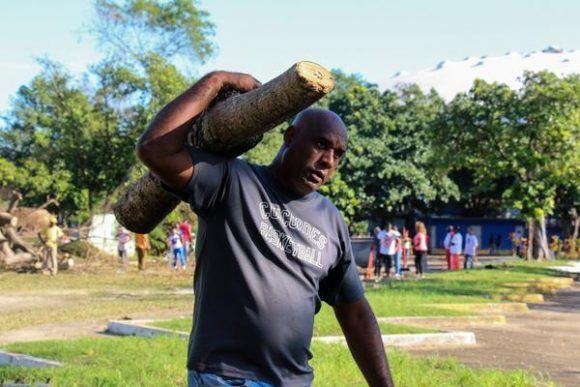 Glorias deportivas y trabajadores del Instituto Nacional de Deportes, Educación Física y Recreación (INDER), que realizaron trabajo voluntario en áreas de la Ciudad Deportiva tras paso del Huracán Irma, en La Habana, Cuba, el 15 de septiembre de 2017.  Foto: Calixto N. LLANES/  JIT