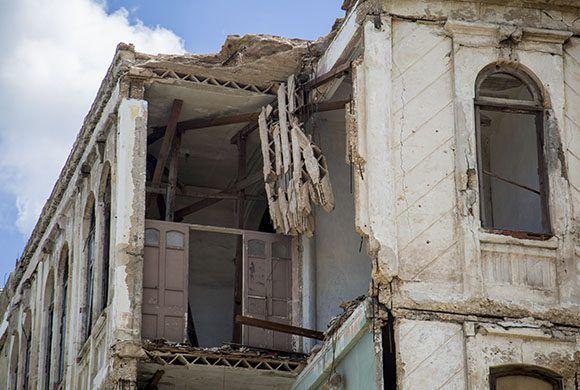 Edificio con derrumbe parcial en Malecon y Crespo. Foto: Jennifer Romero/ Cubadebate.