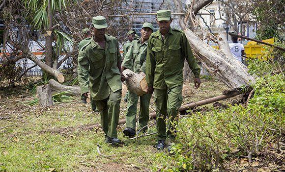 Jóvenes soldados de las FAR trabajan en la recuperacion de la capital. Foto: Jennifer Romero/ Cubadebate.