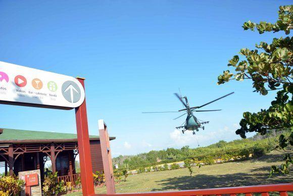 Helicoptero con  los delfines del Centro Recreativo Delfinario Cayo Guillermo, parte hacia el de la provincia de Cienfuegos, ante la inminencia del paso del Huracán Irma, por la cayería norte de Ciego de Ávila, Cuba. Foto: ACN/ Osvaldo Gutiérrez.