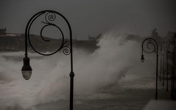Las olas en el malecón habanero sobrepasaron los 10 metros de altura. Foto: Ismael Francisco/ Cubadebate.
