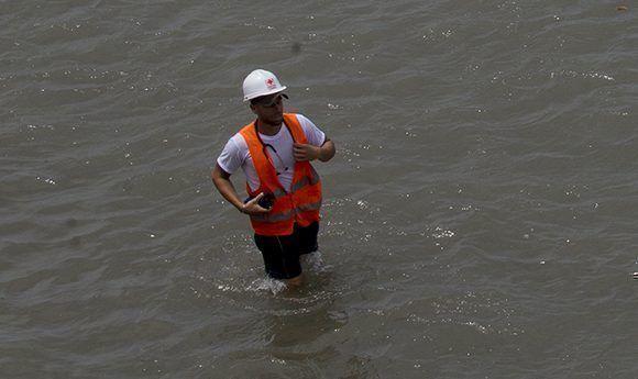 Un médico en las labores de atención al pueblo en La Habana durante el embate del huracán Irma. Foto: Ismael Francisco/ Cubadebate.