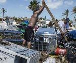 Residentes rescatan pertenencias en Cayo Maratón, al sur del estado de la Florida. Foto: Giorgio Viera / EFE