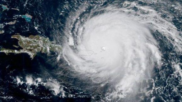 Autoridades de Protección Civil reforzaron las medidas ante la inminente llegada del huracán a la isla. | Foto: Reuters