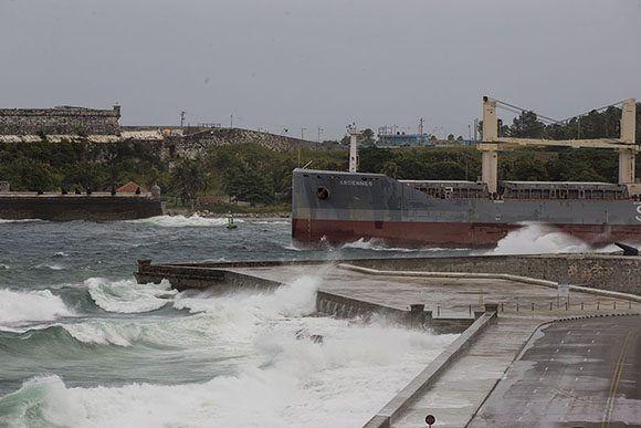 Un barco sale de la Bahía de La Habana mientras se acerca el huracán Irma a La Habana.. Foto: Ismael Francisco/Cubadebate.