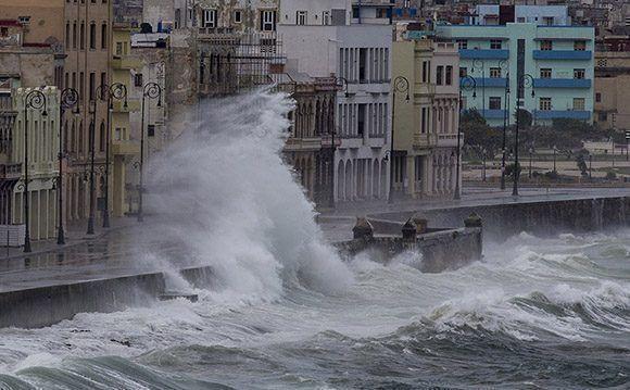 Impresionantes olas en el malecón habanero provocadas por el huracán Irma. Foto: Ismael Francisco/ Cubadebate. Foto: Ismael Francisco/Cubadebate.