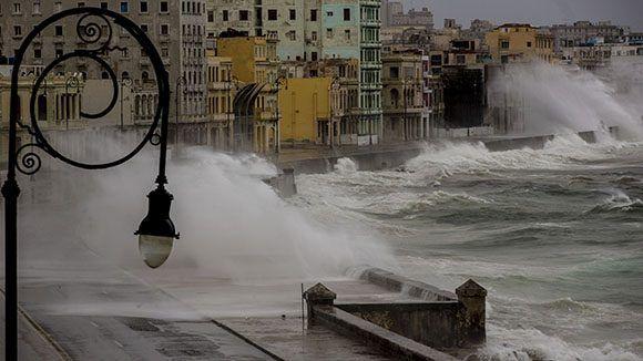 Impresionantes olas en el malecón habanero provocadas por el huracán Irma. Foto: Ismael Francisco/ Cubadebate.