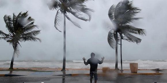 Los fuertes vientos azotaron a Puerto Rico este miércoles. Foto: Alvin Baez/ Reuters.