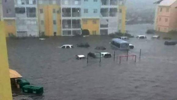 Calles inundadas en la isla caribeña de San Martin, donde Irma se cobró sus primeras víctimas mortales. Foto: El Comercio.
