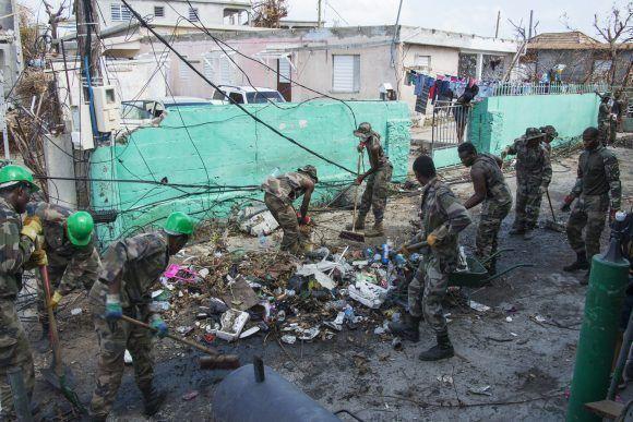 Militares guadalupeños limpiando áreas en la vecina Saint Martins previo al paso del Huracán María. Foto: Helene Valenzuela / AFP