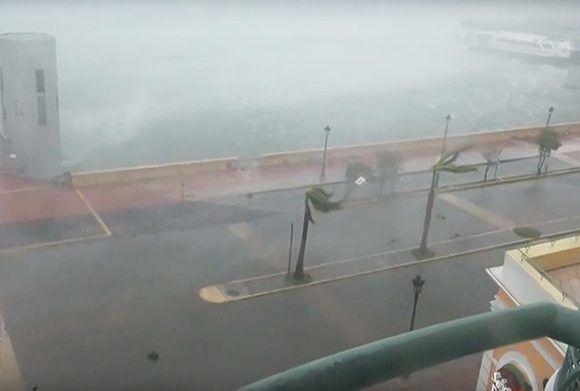 En Internet han aparecido videos que muestran cómo el poderoso huracán María, que alcanza la categoría 4 en la escala Saffir-Simpson, golpea a Puerto Rico. Foto: RT.