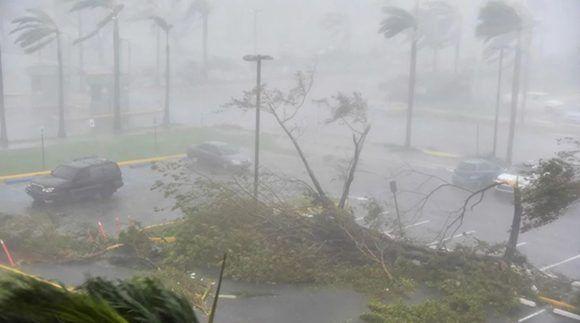 Vuelan techos, se rompen ventanas y hay casi 900 mil personas sin suministro eléctrico, reportan los medios de prensa. Foto: TN.