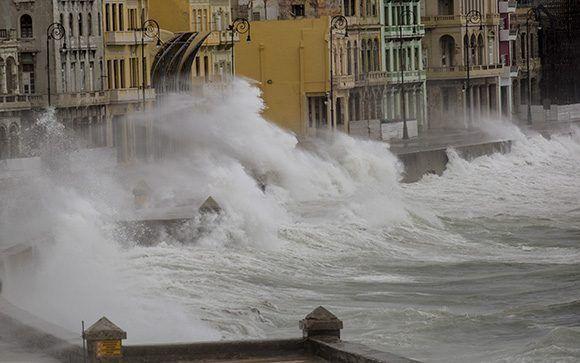 Impresionantes olas en el malecón habanero provocadas por el huracán Irma. Foto: Jennifer Romero/ Cubadebate.