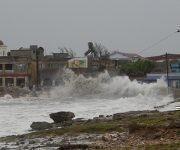 Las penetraciones de las aguas del mar avanzaron hasta 70 metros dentro de la ciudad de Gibara, en el norte de Holguín. Foto: Danier Ernesto González/ Cubadebate.