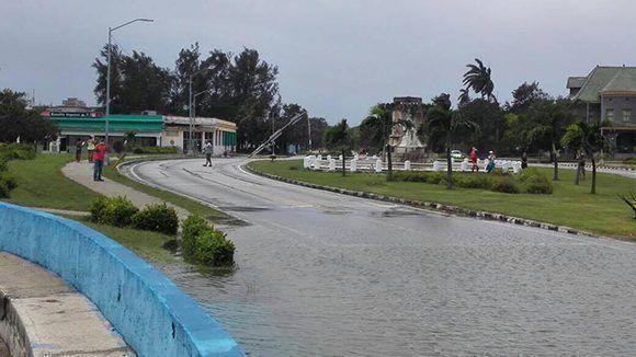 El túnel que enlaza en malecón con 5ta Avenida totalmente inundado. Foto: Héctor PLasencia y Arlene Martínez.