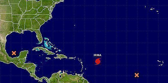 Posición del huracán Irma este lunes por la tarde. Las cruces son zonas de bajas presiones donde es posible que se formen depresiones tropicales en los próximos cinco días. Imagen: NOAA.
