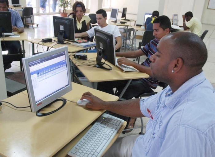 Jóvenes reciben cursos de computación. Foto: Ismael Batista.