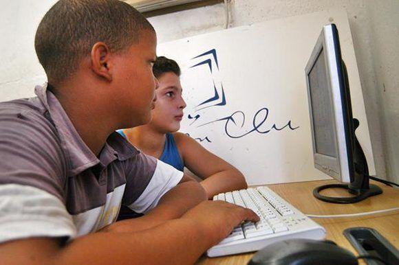 Niños avileños juegan en las computadoras del Joven Club de Computación en el reparto Vista Alegre, en la ciudad de Ciego de Ávila. Foto: ACN/ Osvaldo Gutiérrez.